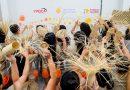 Internas capacitadas pelo Instituto Diageo celebram o Natal desfilando com artigos de palha que elaboram
